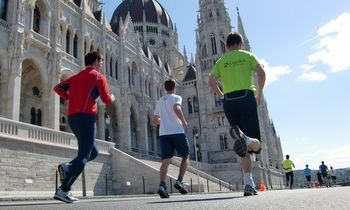 Runners at the Hungarian Parliament in Budapest (Copyright © 2012 runinternational.eu)