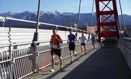 Geolauf, Villach, Austria - runners on the Friedensbrücke (Copyright © 2018 Hendrik Böttger / runinternational.eu)