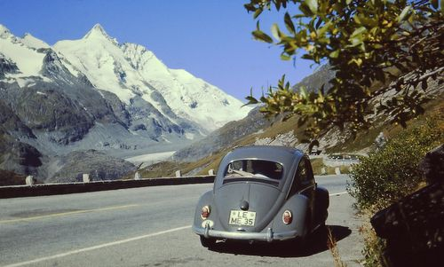 VW beetle on the Grossglockner Hochalpenstraße in 1968 (Author: Nikater / commons.wikimedia.org / public domain / photo cropped by runinternational.eu)