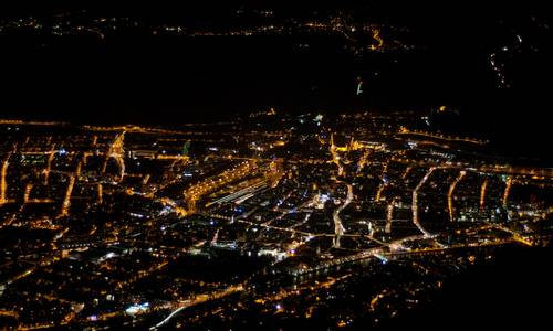 Innsbruck at night (Author: Hermann Hammer (User:Haneburger) / commons.wikimedia.org / CC0 1.0 Universal Public Domain Dedication / photo cropped by runinternational.eu)