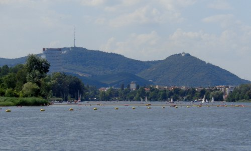 The Kahlenberg and the Leopoldsberg as seen from the Alte Donau in Vienna, Austria (Copyright © 2017 Hendrik Böttger / runinternational.eu)