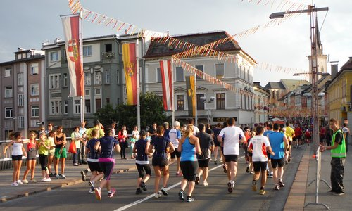 Citylauf Villach, Austria - runners in the town centre (Photo: Copyright  © 2018 Hendrik Böttger / runinternational.eu)