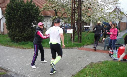 KVOK (Kolín—Velký Osek—Kolín), a half marathon in Czechia - runners at one of the feed stations (Copyright © 2017 Hendrik Böttger / runinternational.eu)