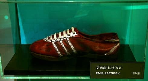 Emil Zátopek running shoes by Adidas, 1948 (Photo: commons.wikimedia.org / Author: Zac allan / Public Domain)