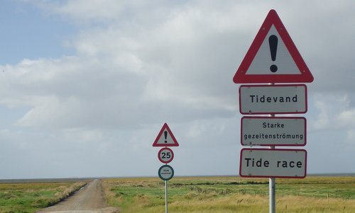Traffic signs at the access road to the island of Mandø, Denmark (Author: Jan Pešula / commons.wikimedia.org / CC0 1.0 Universal Public Domain Dedication / photo cropped by runinternational.eu)