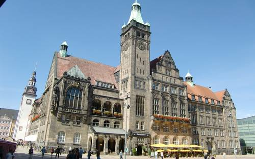 Chemnitz Marathon - The route passes the Neues Rathaus on Neumarkt (Copyright © 2016 Hendrik Böttger / runinternational.eu)