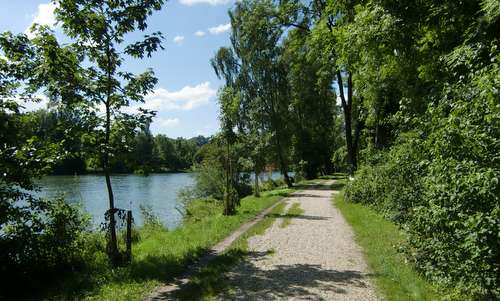 Landshut läuft - footpath on Mitterwöhr Island in the River Isar (Copyright © 2015 Hendrik Böttger / runinternational.eu)
