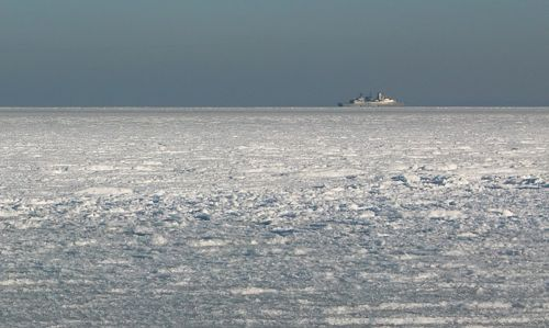 A warship on the frozen Baltic Sea (Copyright © 2012 Hendrik Böttger)