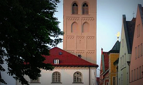 Schrannenhalle und Stadtpfarrkirche St. Johann Baptist, Erding, Deutschland (Author: Christian Koch / commons.wikimedia.org / public domain / photo modified by runinternational.eu)