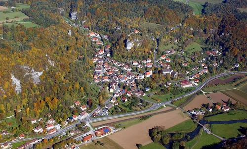 Aerial photo of Streitberg, the B 470 road and the Wiesent river in Franconian Switzerland, Germany (Author: pegasus2 at German Wikipedia / public domain / photo cropped by runinternational.eu)