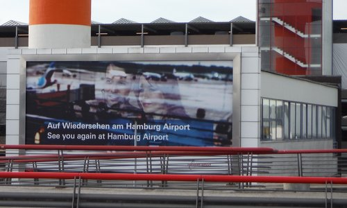 Hamburg Airport - a poster at the Parkhaus P5 (Copyright © 2018 Hendrik Böttger / runinternational.eu)