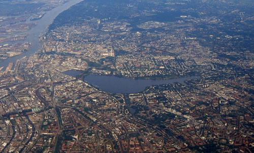 Aerial photo of the Alster lake in Hamburg, Germany (Author: Oschti / commons.wikimedia.org / public domain)
