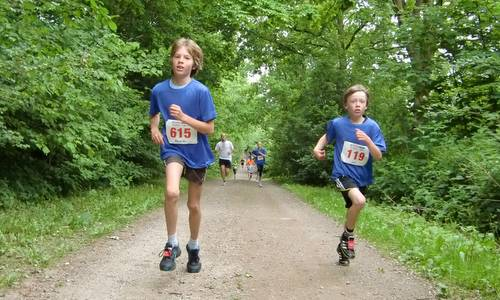 Rund um Ratekau - 5k race - two young athletes (Copyright © 2017 Hendrik Böttger / runinternational.eu)