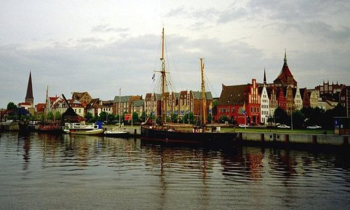 The Stadthafen and the Old Town of Rostock, Germany (Author: Botaurus at German Wikipedia / public domain / photo cropped by runinternational.eu)