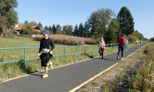 Szaggasd az aszfaltot! - half marathon runners on the bike path between Bagod and Zalalövő, Hungary (Copyright © 2017 Hendrik Böttger / runinternational.eu)