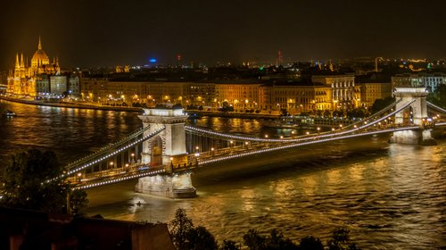 Széchenyi Chain Bridge in Budapest at night (Author: The Photographer / commons.wikimedia.org / CC0 1.0 Universal Public Domain Dedication)