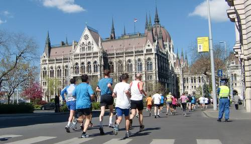 Runners at the Parliament building, Budapest (Copyright © 2011 Hendrik Böttger / runinternational.eu)