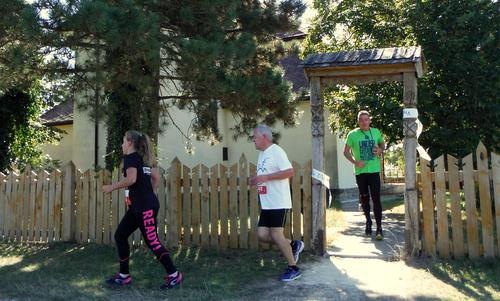 Cserszegtomajfutás - Runners pass the church in Cserszegtomaj, Hungary (Photo: Copyright © 2019 Hendrik Böttger / runinternational.eu)
