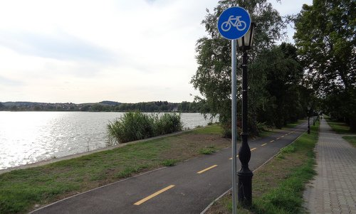 The cycleway at the fish pond of Környe, Hungary (Photo: Copyright © 2019 Hendrik Böttger / runinternational.eu)