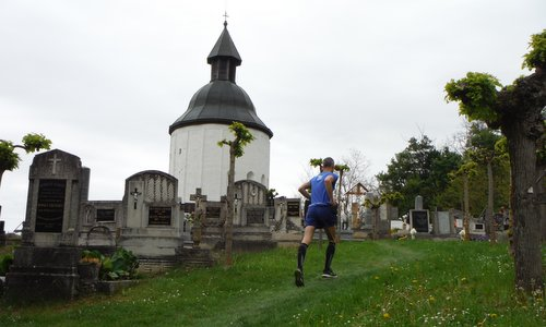 Futás a koraszülöttekért - Run for Preemies, Hungary - a runner at the Saint Anne Round Church in Kallósd (Copyright © 2017 Hendrik Böttger / runinternational.eu)