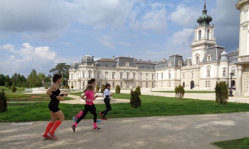Futás a koraszülöttekért - Run for Preemies, Hungary - runners in the park of the Festetics Palace in Keszthely (Copyright © 2017 Hendrik Böttger / runinternational.eu)