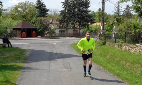 Futás a koraszülöttekért - Run for Preemies, Hungary - a runner in the village of Nemesbük (Copyright © 2017 Hendrik Böttger / runinternational.eu)
