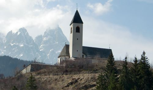 Church in Vierschach, Italy (Copyright © 2011 runinternational.eu)