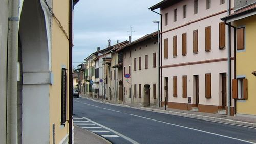 The route of the Medea Half Marathon runs through the village of Versa (Copyright © 2010 runinternational.eu)