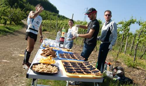 Trail Soave-Bolca 2011, feed station (Copyright © 2011 runinternational.eu)
