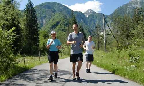 Marcia 'La Panoramica', Barcis, Italy - runners from Austria and the United States (Copyright © 2013 Hendrik Böttger / Run International EU)