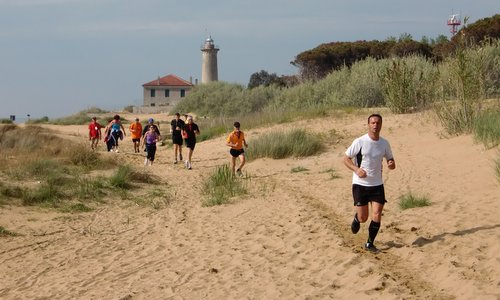 Marcia 'A piedi per Bibione', Italy - runners and walkers at the lighthouse of Bibione (Photo: Copyright  © 2018 Hendrik Böttger / runinternational.eu)