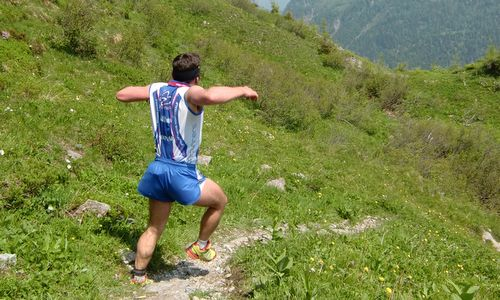 Skyrace Carnia 2013 — a runner flies down the mountain (Copyright © 2013 Hendrik Böttger / runinternational.eu)