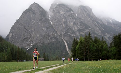 Cortina Dobbiaco Run - runners on the Lunga Via delle Dolomiti, near the Tre Cime di Lavaredo (Photo: Copyright © 2018 Hendrik Böttger / runinternational.eu)