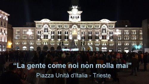 La gente come noi non molla mai! Protesters on Piazza Unità d'Italia, Trieste, Italy, in October 2021 (Copyright © 2021 runinternational.eu)