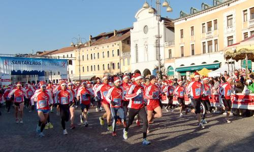 Santa Klaus Running Belluno - start of the half marathon (Copyright © 2015 Hendrik Böttger / runinternational.eu)