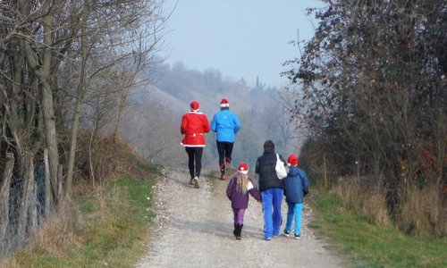 Marcia di Babbo Natale - Santas run and walk around Spilimbergo, Italy (Copyright © 2015 Hendrik Böttger / runinternational.eu)