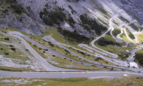 Hairpin turns on the South Tyrolean side of the Stelvio Pass in Italy (Author: Gabri80 at it.wikipedia / public domain)