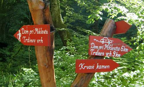 Signpost to Dom pri Miklavžu in the Gorjanci mountains in Slovenia (Photo: Copyright © 2010 Hendrik Böttger / runinternational.eu)