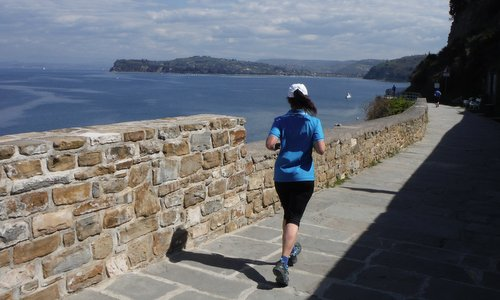 Istrski maraton - The marathon route runs along the town walls of Piran (Copyright © 2015 Hendrik Böttger / runinternational.eu)