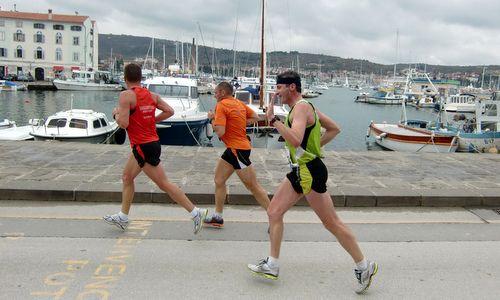 Martinov tek - runners at the harbour of Izola, Slovenia (Copyright © 2016 Hendrik Böttger / runinternational.eu)