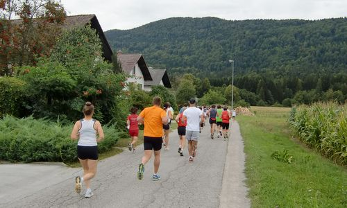 Tek Veronike Deseniške — runners in the village of Breg pri Kočevju, Slovenia (Photo: Copyright © 2017 Hendrik Böttger / runinternational.eu)