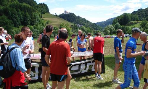 Visoški tek - drink station in the finish area (Copyright © 2016 Hendrik Böttger / runinternational.eu)