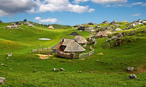 Velika planina, Slovenia (Author: Velikaplanina / commons.wikimedia.org / public domain / image modified by runinternational.eu)