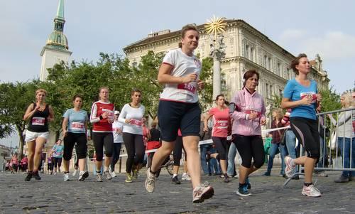 dm ženký beh - runners on Rybné námestie, Bratislava, Slovakia (Copyright © 2016 Hendrik Böttger / runinternational.eu)